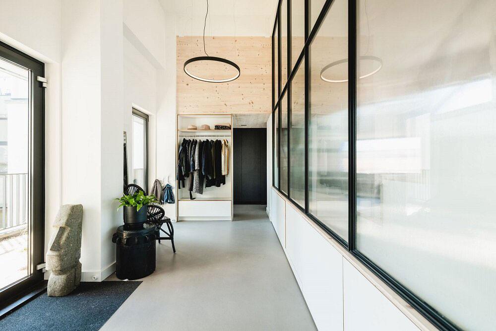 Открытое пространство и антресоли из фанеры: прекрасный лофт в бывшей школе в Амстердаме