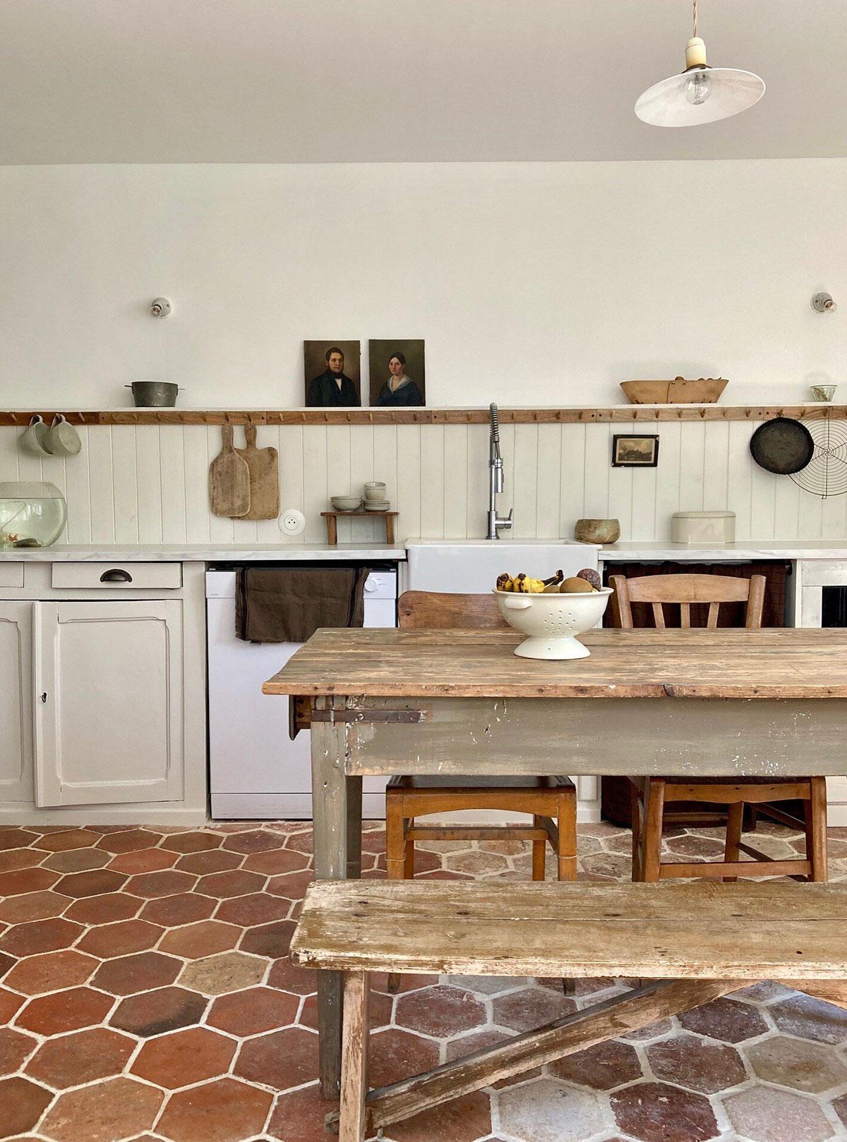 Белый цвет и декор с налётом старины: чудесный домик в Нормандии