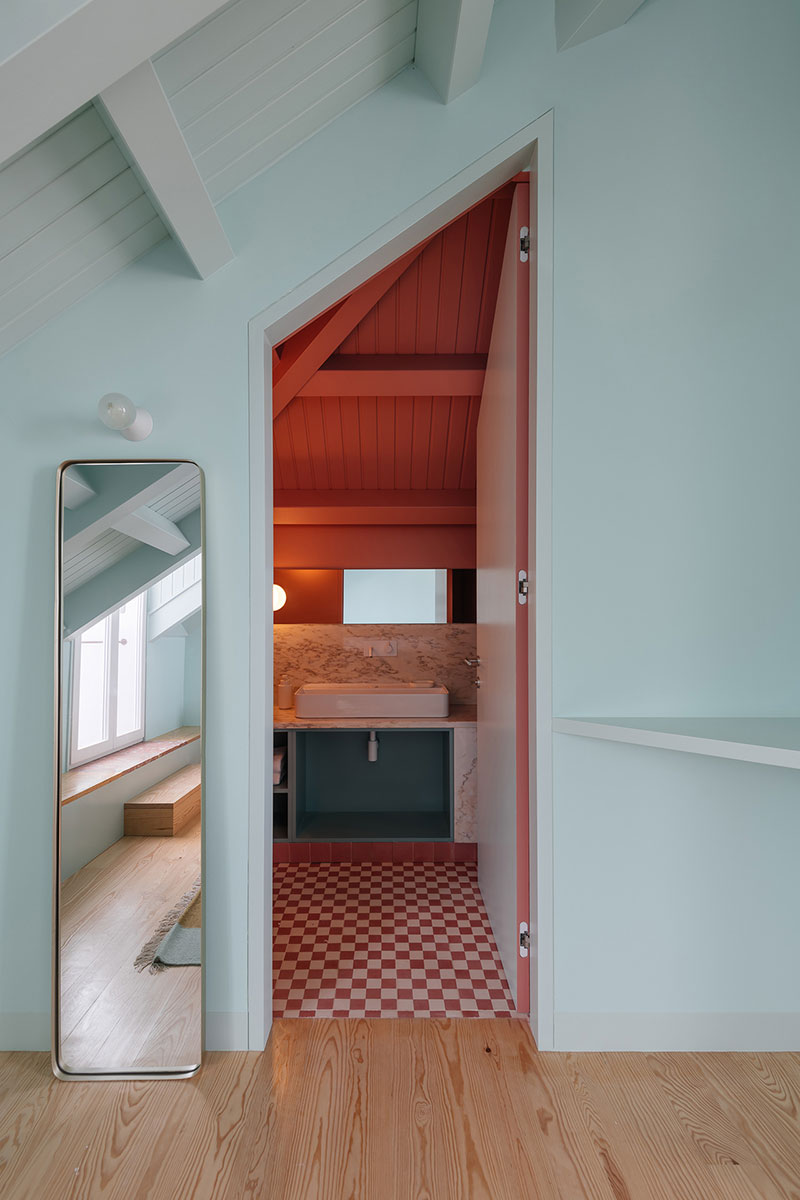 Розовый дом с пятью красочными квартирами на юге Португалии