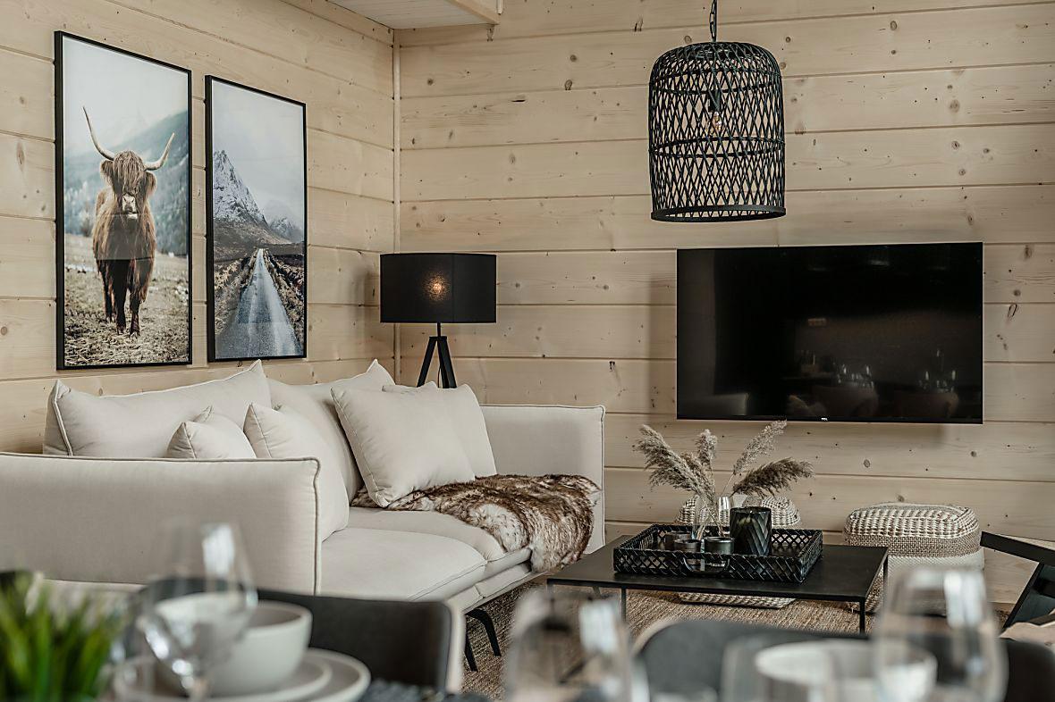 Шале из светлого дерева с современным декором в Швеции