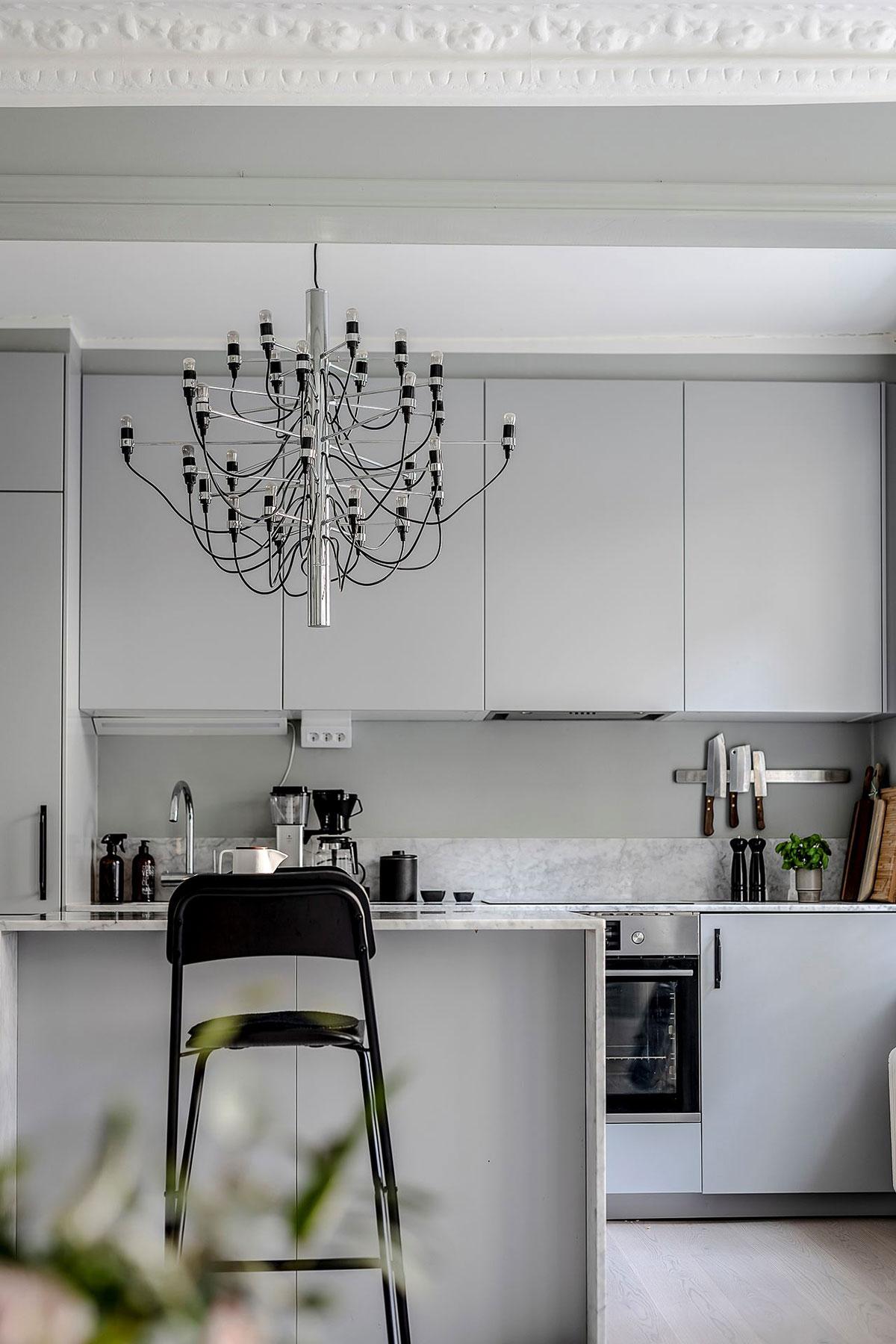 Голубой диван и мини-спальня: небольшая квартира в Гётеборге (44 кв.м)