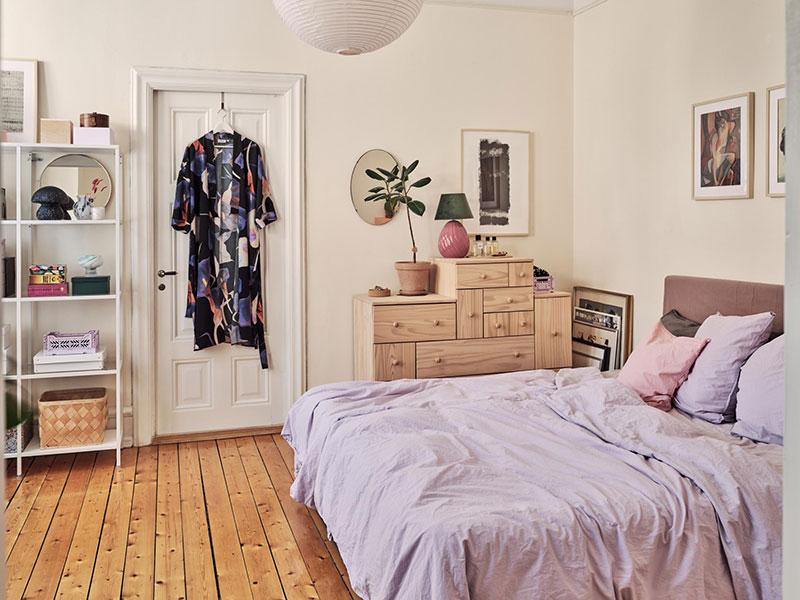 Лепнина, картины и непринужденная обстановка: интерьер квартиры в Швеции