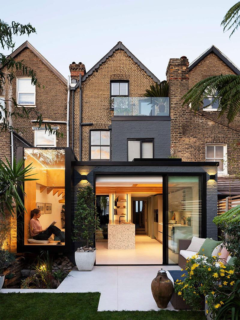 Современный интерьер с обилием живых растений и уютный садом в Лондоне