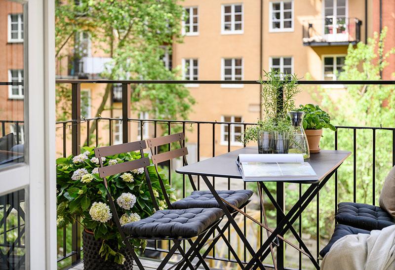 Небольшая, но стильная квартира с классическими нотками и спальней за шторкой (46 кв. м)