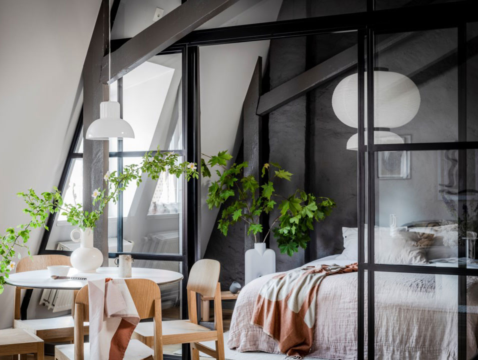 Черные балки, стеклянная перегородка и арт-объекты: стильная мансарда в Швеции (53 кв. м)