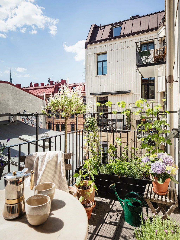 Светлая квартира с синим диваном в Швеции (67 кв. м)