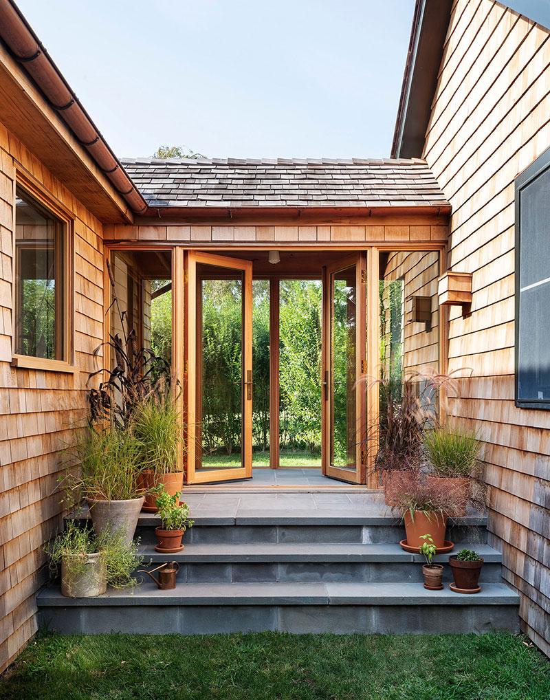 Скромный с виду дом с интересным интерьером на острове Шелтер в США
