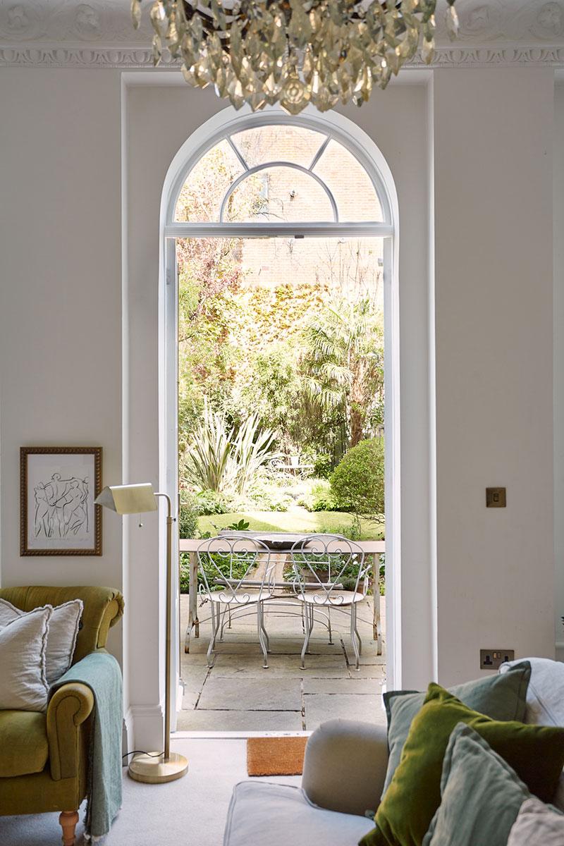 Великолепная английская архитектура: светлые апартаменты с выходом в зелёный сад