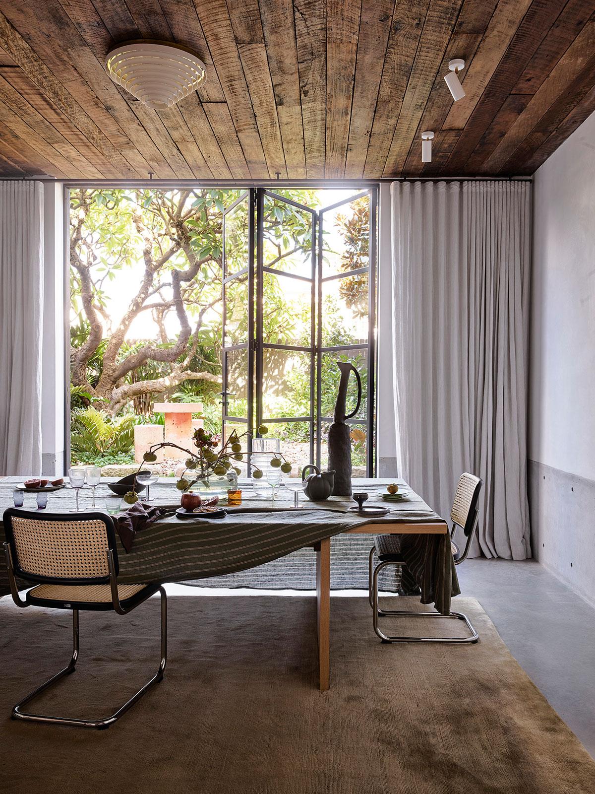Бетон, дерево и дизайнерская мебель: впечатляющий дом в Австралии