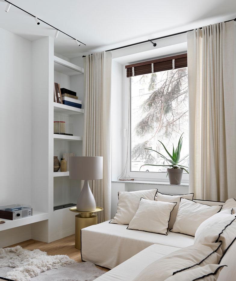 Очаровательная белая квартира на первом этаже в старом доме в Москве (70 кв. м)