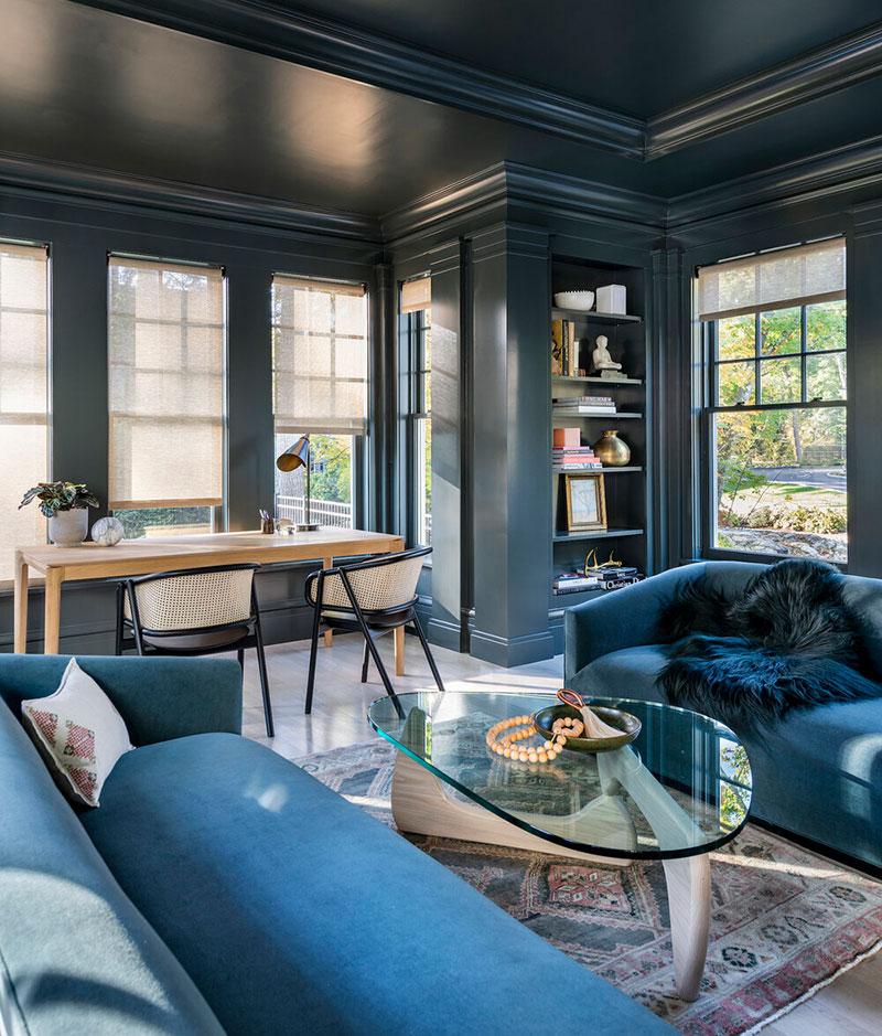 Синяя гостиная и красивейший задний двор с бассейном: большой дом в Бостоне
