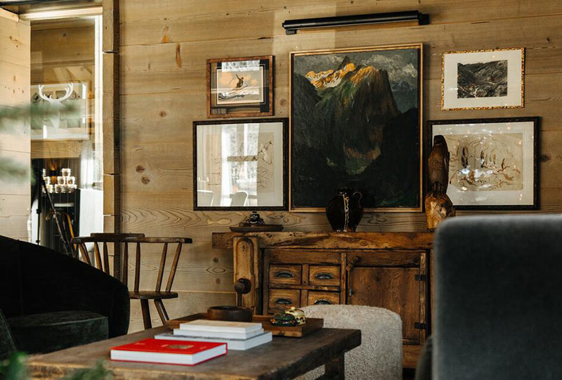 Дерево и тёмные тона: интерьер отеля Alpaga во французских Альпах