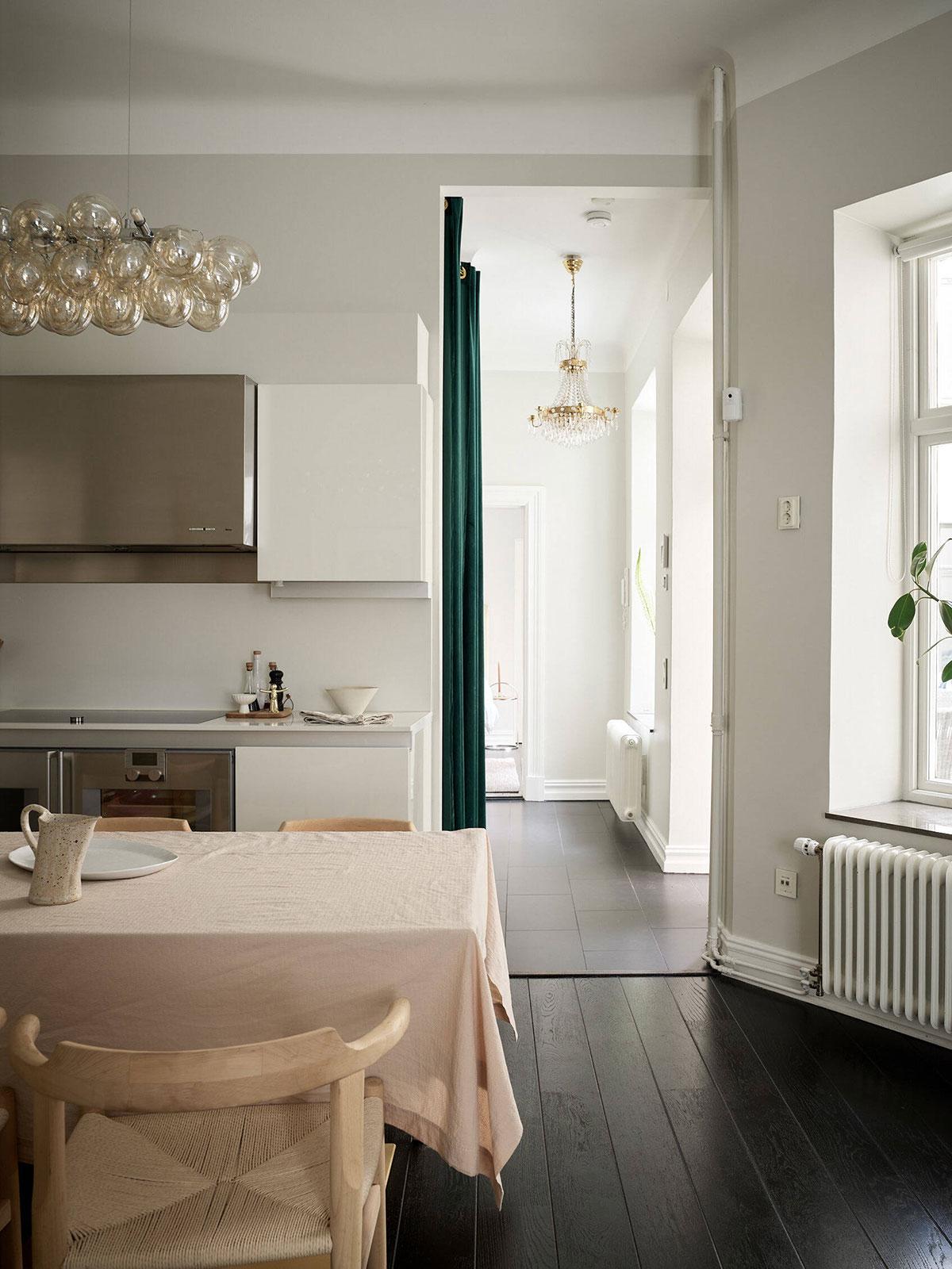 Черный пол и мягкий женственный декор: приятная квартира в Гётеборге (85 кв. м)