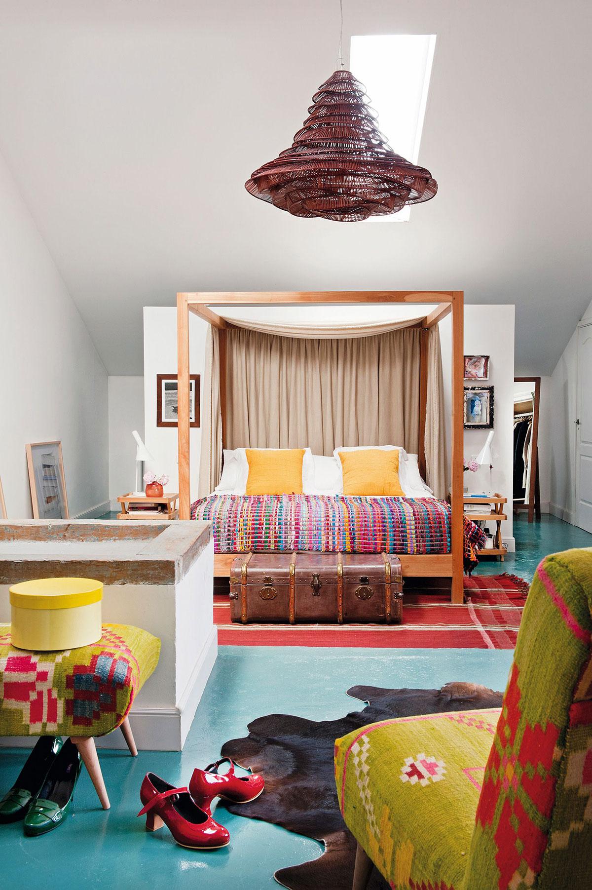 Эклектичный интерьер и уютный задний двор: интерьер дома в Мадриде