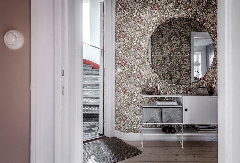 Расписанная печь и обои с цветочками в прихожей: нежный интерьер в Гётеборге
