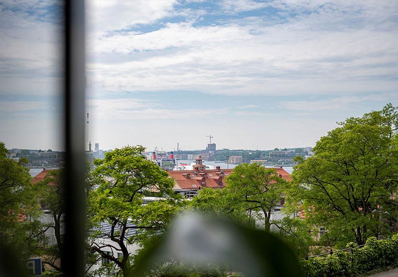 Изящный скандинавский интерьер с видом на порт в Гётеборге