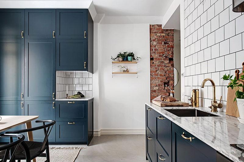 Кухня с открытой кирпичной стеной и элегантная гостиная: квартира в Гётеборге (82 кв. м)