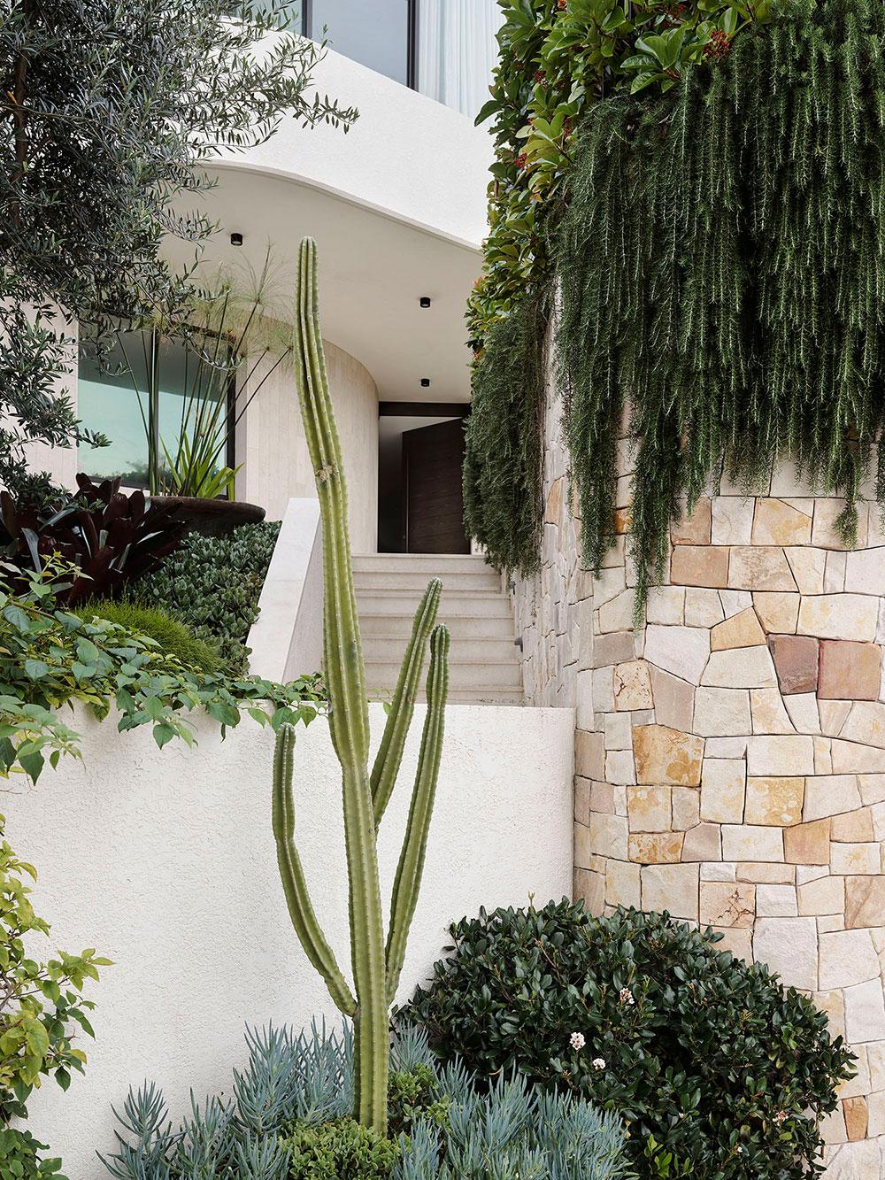 Красивый вид из окна и картины на стенах как главные изюминки интерьера дома в Сиднее