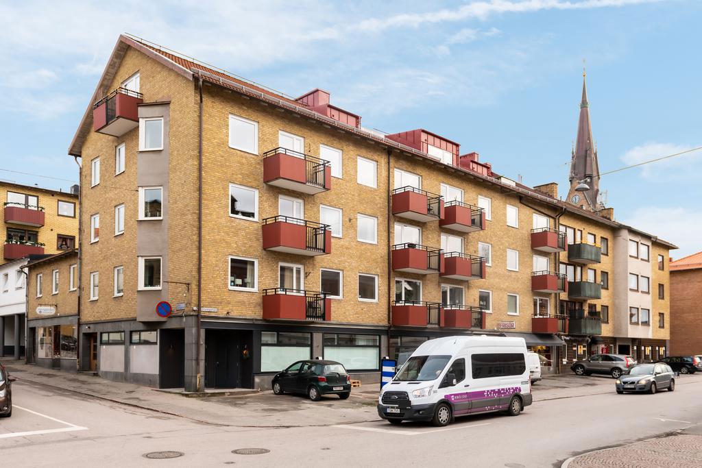 Шведская квартира с тёмными стенами и интересным зонированием (75 кв. м)