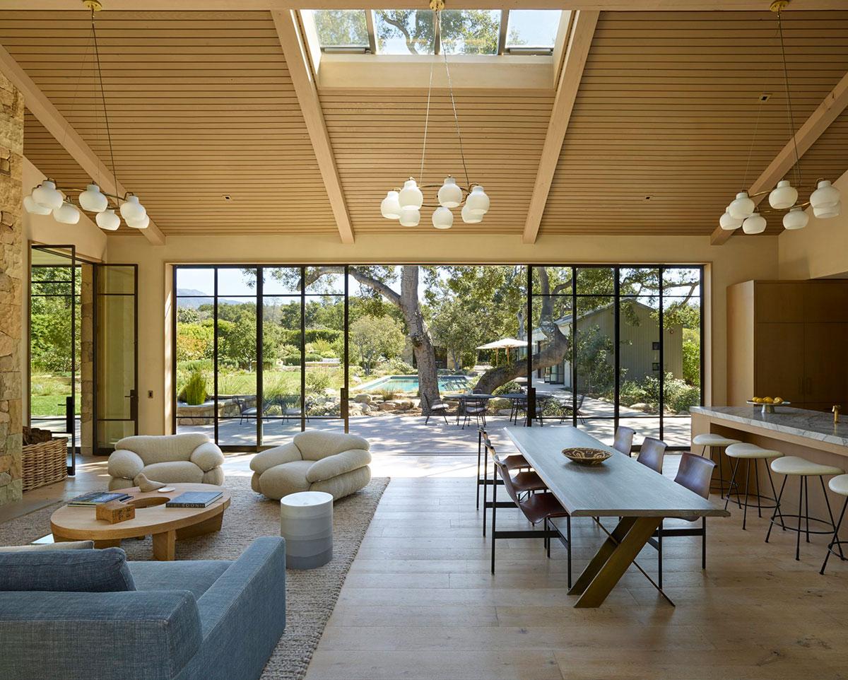 Потрясающая одноэтажная вилла с бассейном посреди дикой природы каньона Ромеро в Калифорнии