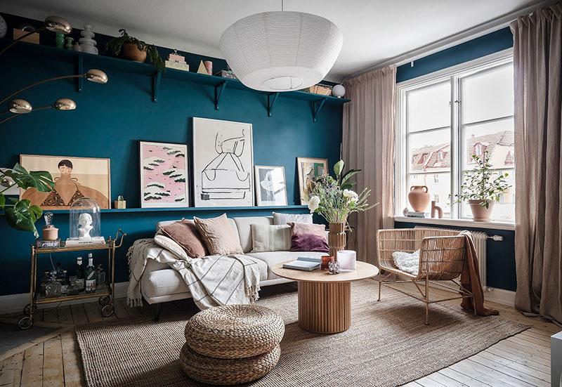 Смелый интерьер с синими стенами и большим количеством декора в Гётеборге (65 кв. м)