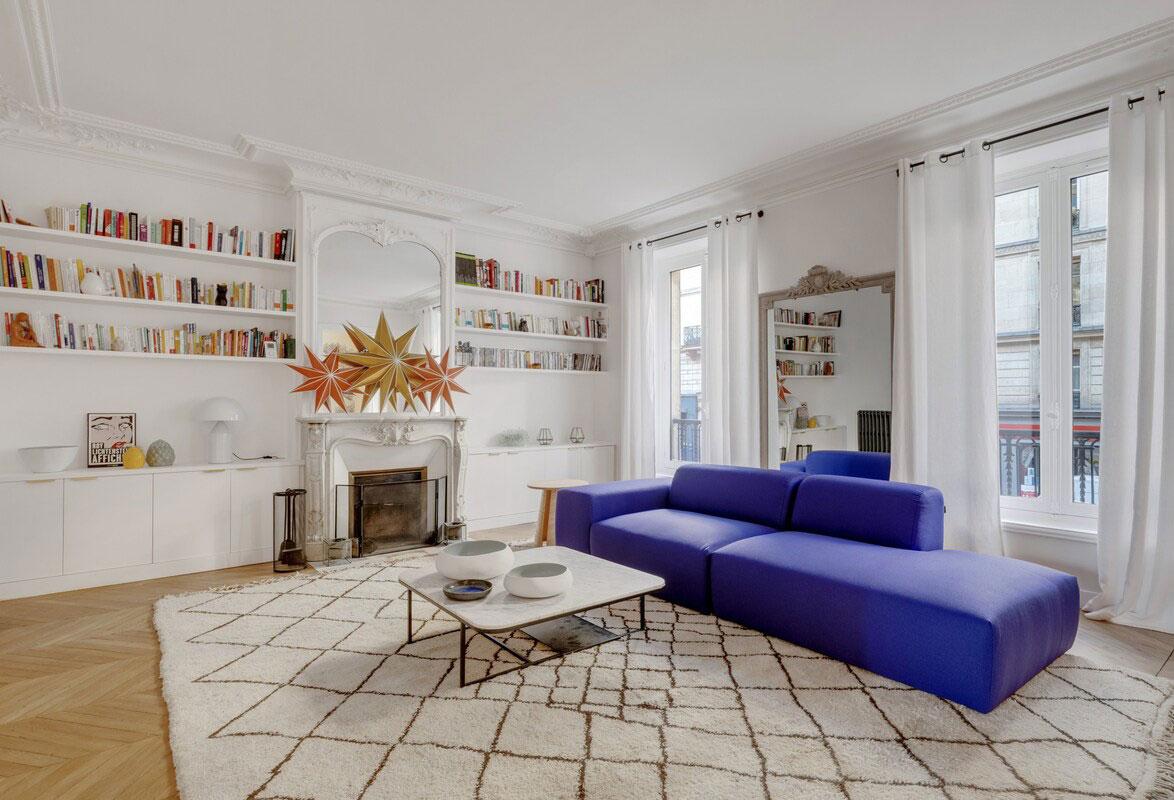 Фиолетовый диван и обои с принтами: интерьер квартиры в Париже