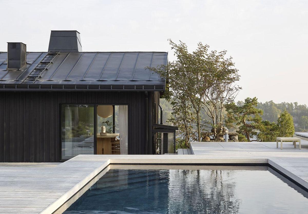 Современный облик и расслабляющие интерьеры: дом на скале у моря в Швеции