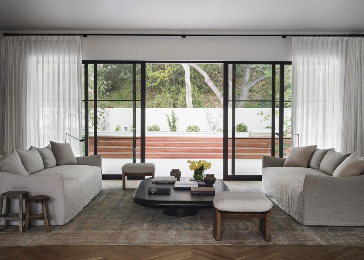 Элегантные современные интерьеры дома с бассейном в Лос-Анджелесе