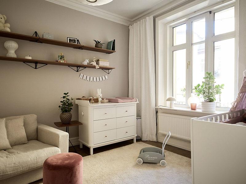 Стильный и элегантный бежевый интерьер в старом доме