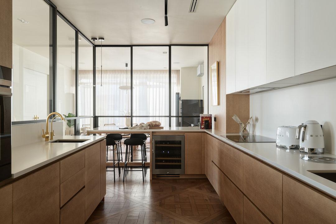 Теплый современный интерьер большой семейной квартиры в Киеве