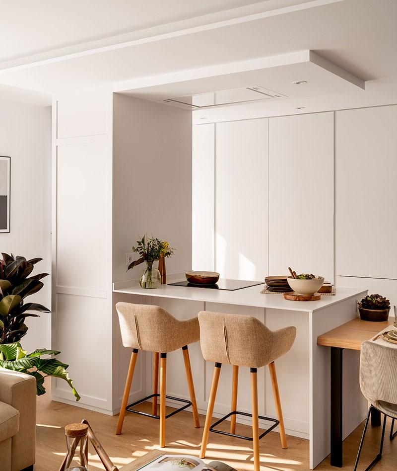 Дерево, плетеные аксессуары и нежные тона: интерьер квартиры в Испании