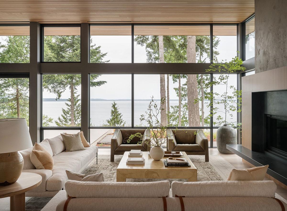 Стеклянные стены и спокойные интерьеры: светлый дом отдыха с видом на залив в США