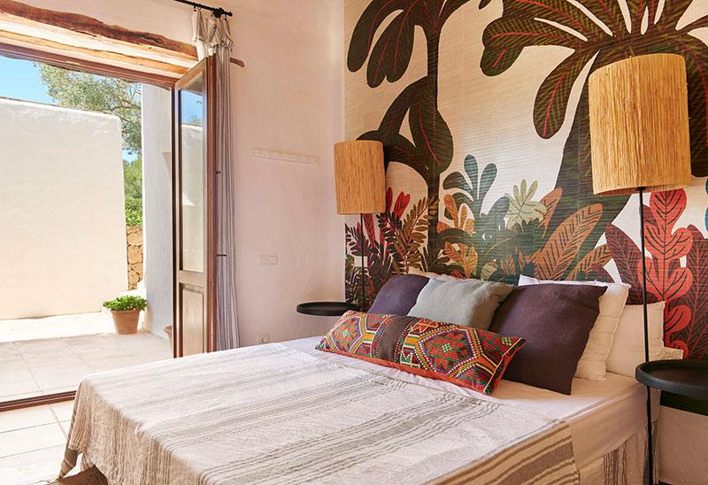 Прекрасная вилла с бассейном и красочными акцентами в декоре на Ибице