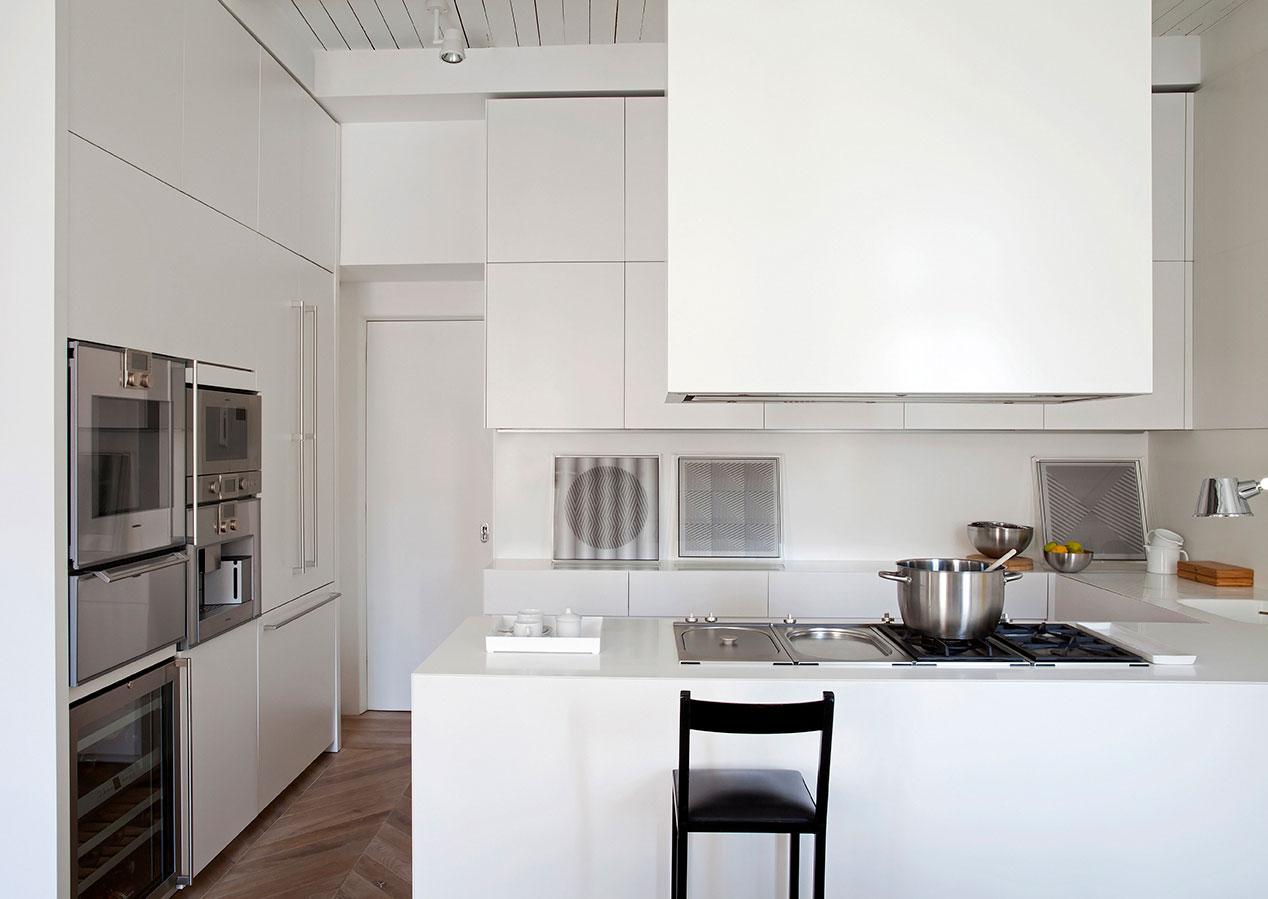 Белая квартира с видом на Испанскую лестницу в Риме