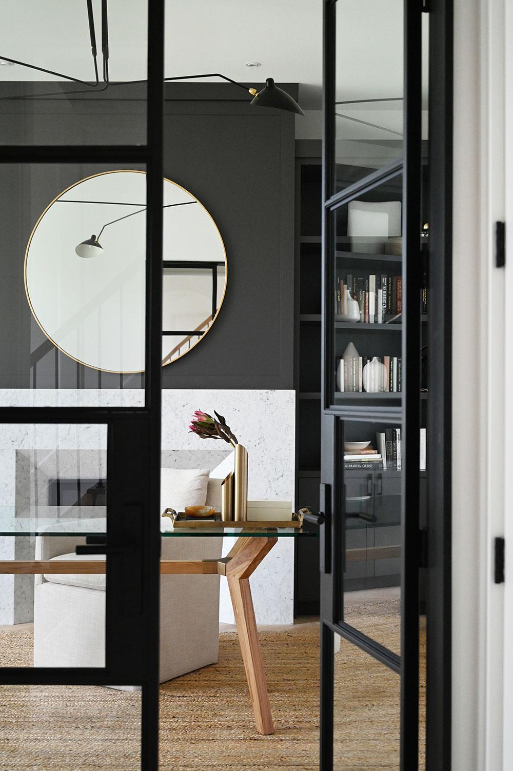 Роскошные индустриальные окна и тёплый современный дизайн: крутой интерьер дома в Канаде