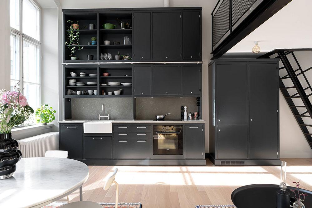 Чёрная кухня в светлом интерьере: отличный пример эффектного тёмного акцента в дизайне квартиры (45 кв. м)