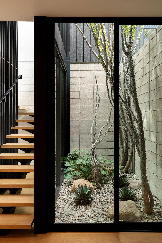 Окна в пол и элементы в стиле mid-century modern в интерьере дома Калифорнии