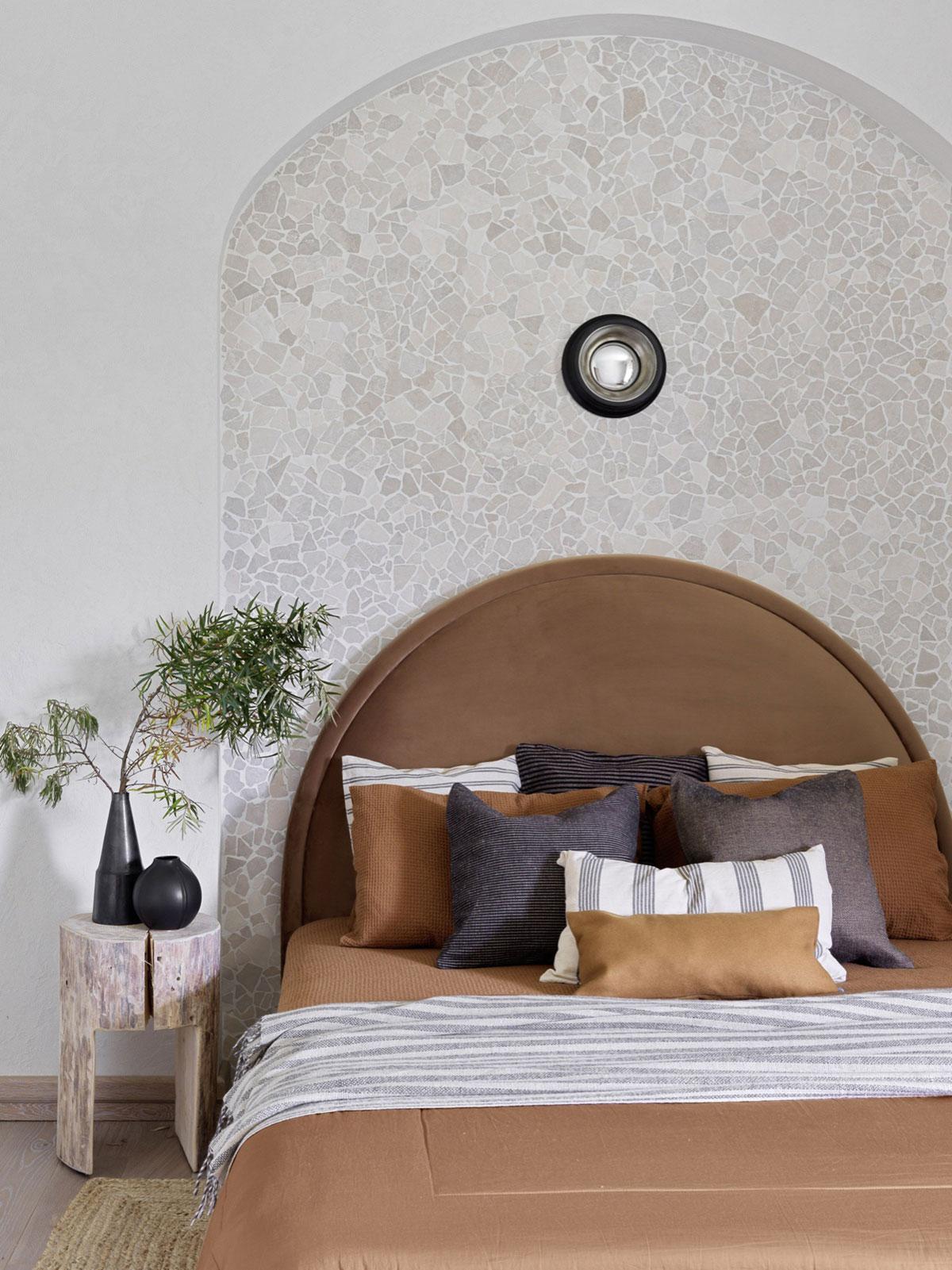 Мягкие молочные оттенки и элегантная мебель: загородный дом с курортным настроением в Подмосковье