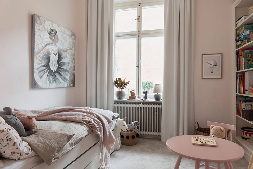 Приятный скандинавский интерьер с оливковыми стенами и светлым декором (90 кв. м)
