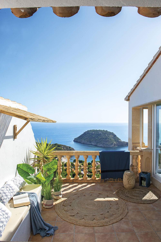 Жизнерадостные персиковые и голубые детали и роскошный вид на море: интерьер виллы в Испании