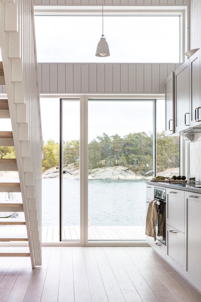 Современный шведский коттедж прямо у моря
