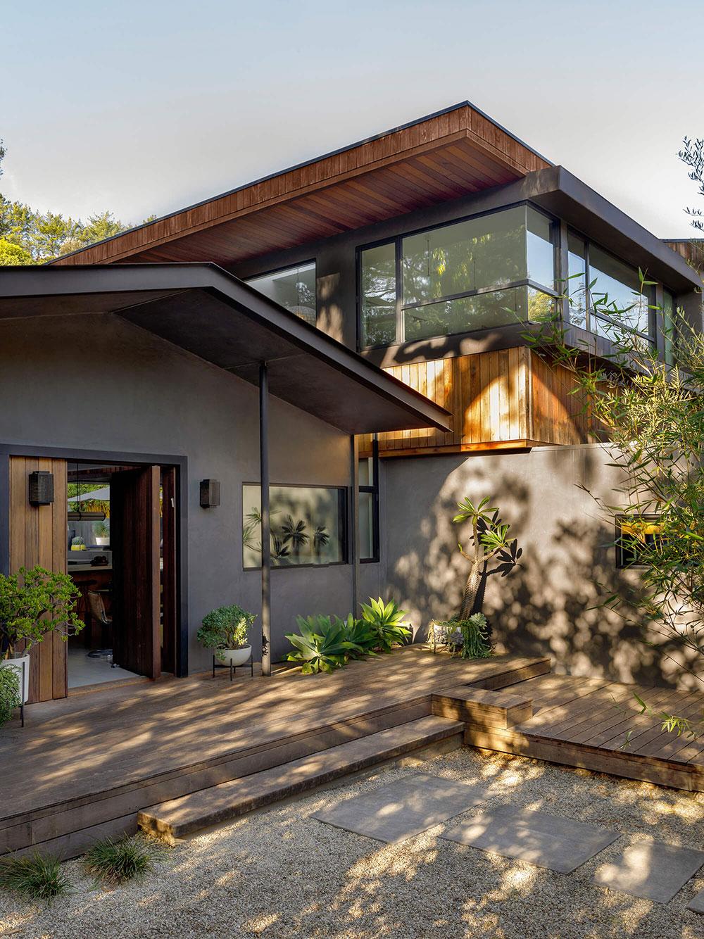 Современный дом с бассейном в окружении деревьев в Калифорнии