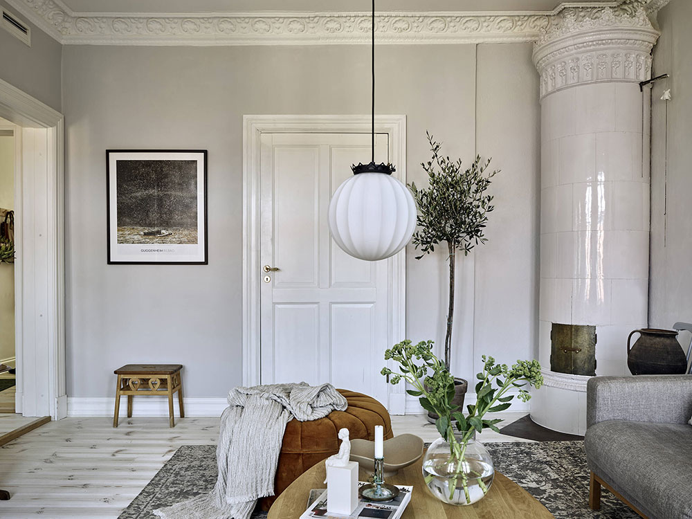Спокойный скандинавский интерьер с синей кухней в красивом деревянном доме 19 века в Гетеборге(58 кв. м)