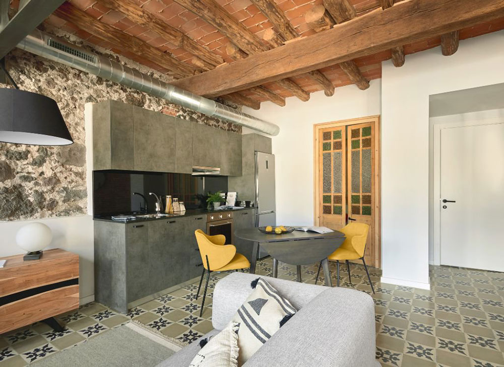 Новый облик студии для сдачи в аренду в старинном доме в центре Жироны