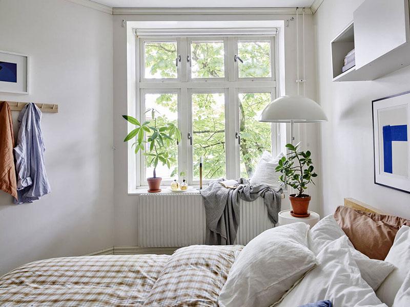 Светлый интерьер с яркими постерами и декором в Швеции (86 кв. м)