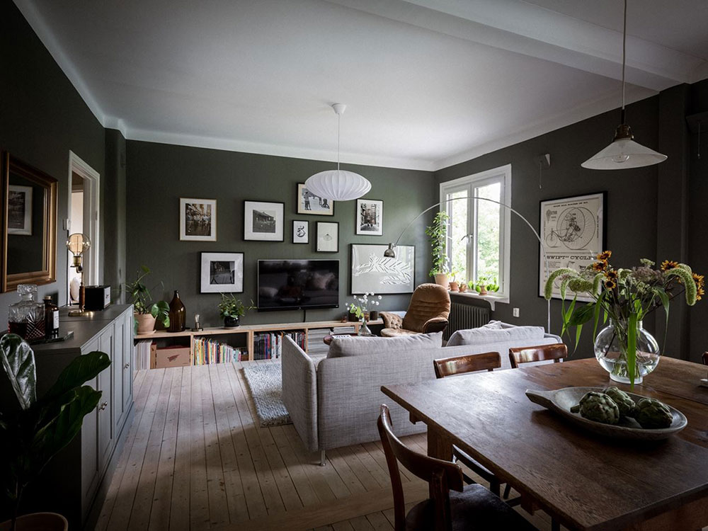 Тёмно-зеленые стены и открытая гостиная: уютная квартира в Гётеборге (63 кв. м)