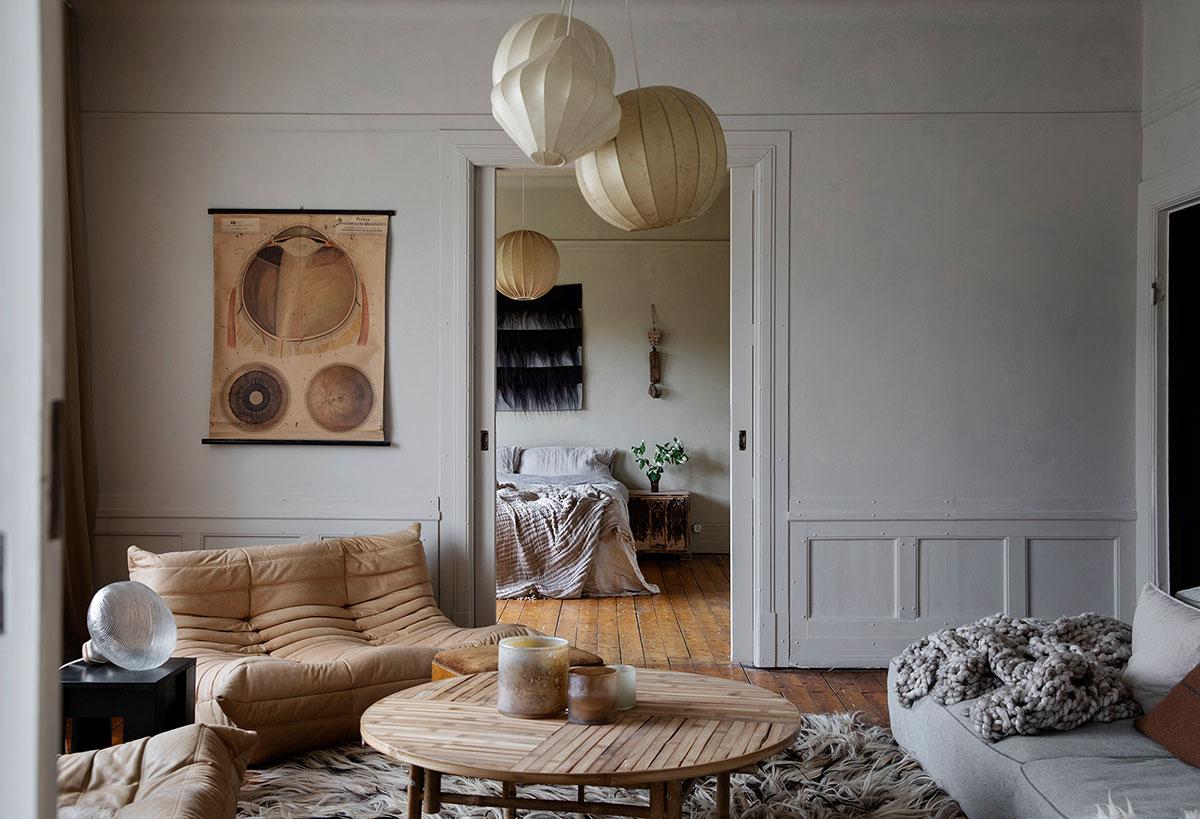 Творческий скандинавский интерьер с большим количество интересного декора