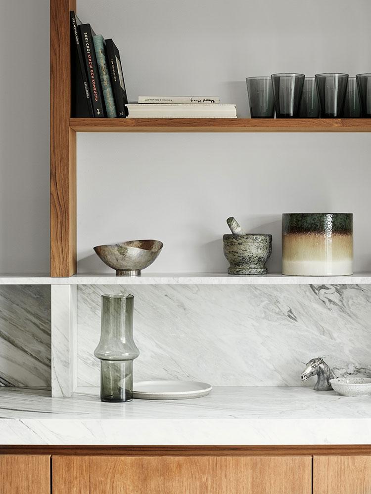 Кухня из дерева и ковры в интерьере: современная квартира в Швеции