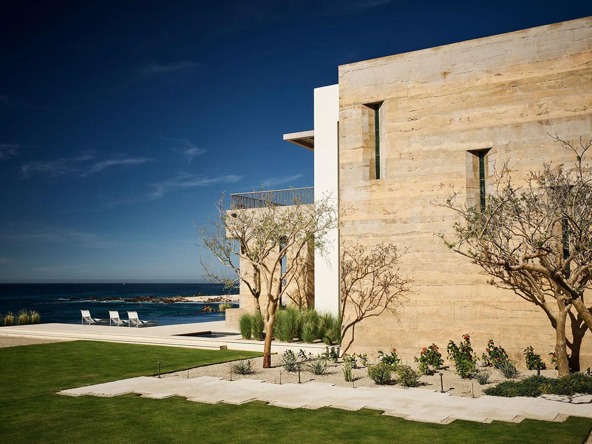 Яркий небанальный дизайн пляжной резиденции в Мексике