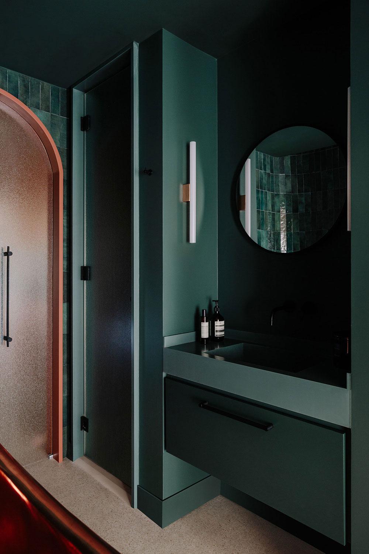 Арки и оттенки лета: необычный дизайн квартиры в центре Барселоны (60 кв. м)